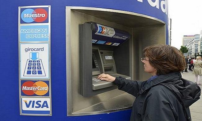 Rút tiền từ thẻ Visa tại ngân hàng hoặc cây ATM là cách đơn giản và phổ biến nhất