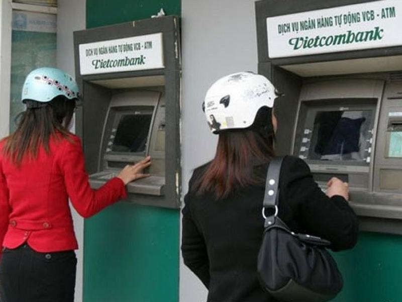 Khách hàng rút tiền tại ATM Vietcombank