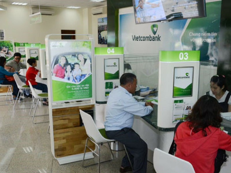 Khách hàng làm thủ tục đăng ký thẻ Visa/Mastercard Vietcombank