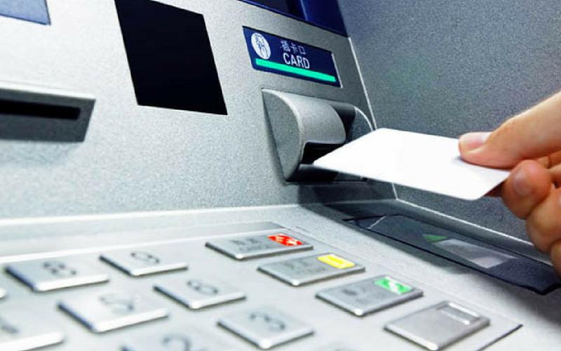 Khách hàng rút tiền qua thẻ Visa BIDV