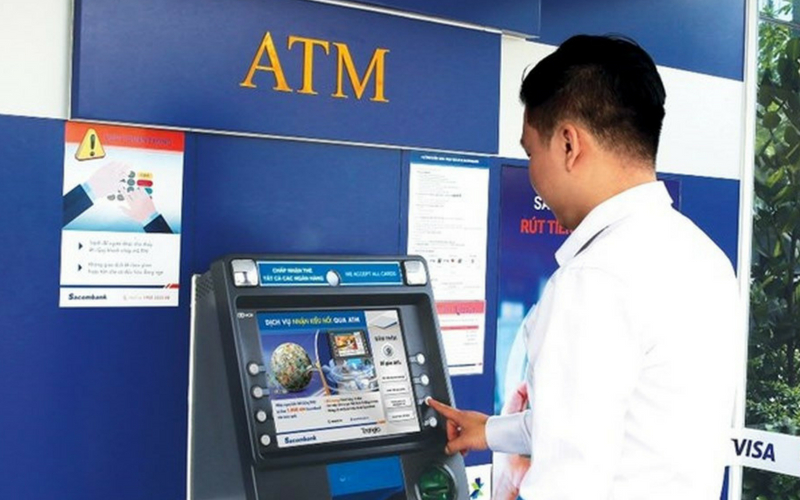 Khách hàng thực hiện giao dịch qua thẻ Visa Sacombank