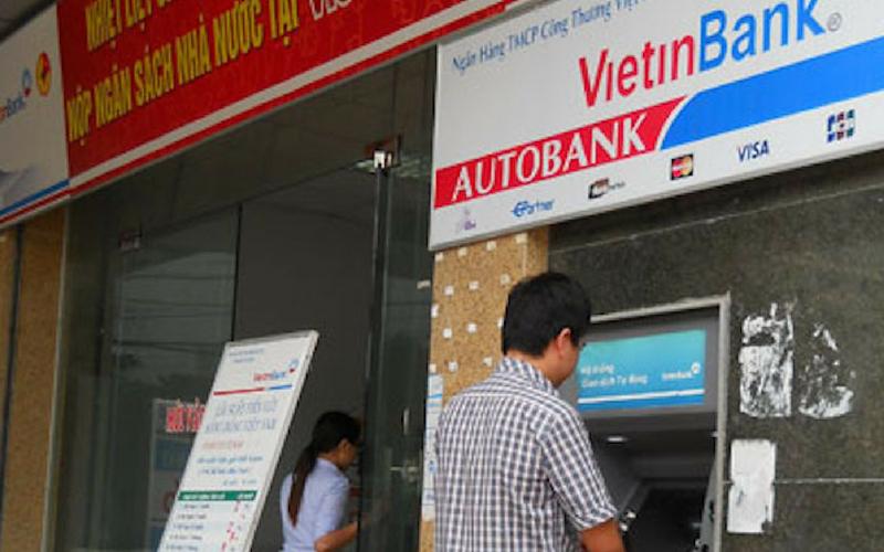 Khách hàng thực hiện giao dịch tại các điểm ATM VietinBank