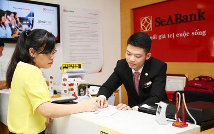 Khách hàng mở thẻ Visa SeABank tại chi nhánh ngân hàng