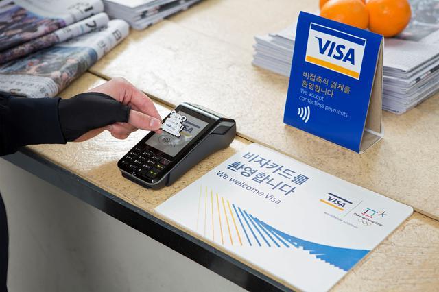 Hình 2 - Su-dung-the-de-dang-tren-cac-cay-ATM-co-bieu-tuong-visa-tren-toan-cau